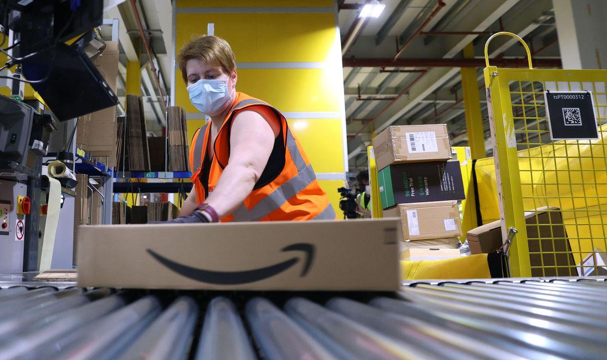 Amazon paga $31,000 dólares al año a trabajadores de almacenes