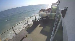 El momento exacto en que un balcón se desplomó durante una fiesta en una casa frente al mar