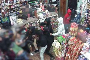 Pandilla apuñaló a un hombre dentro de bodega en El Bronx, Nueva York