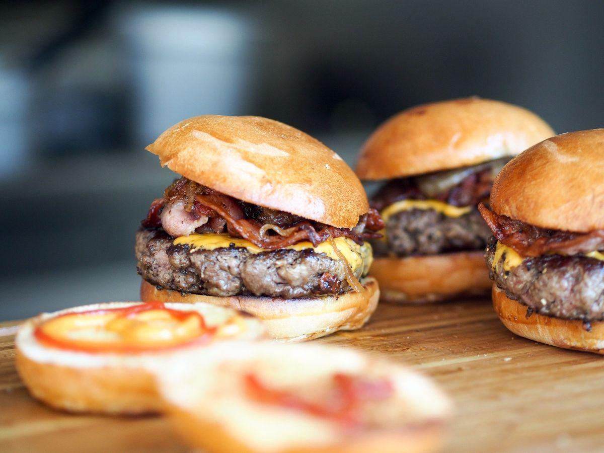 El estudio descubrió que consumir un 5% más de energía total de las grasas saturadas de la carne se asoció con un 19% y 21% de riesgos elevados de enfermedad cardiovascular total y enfermedad cardíaca.