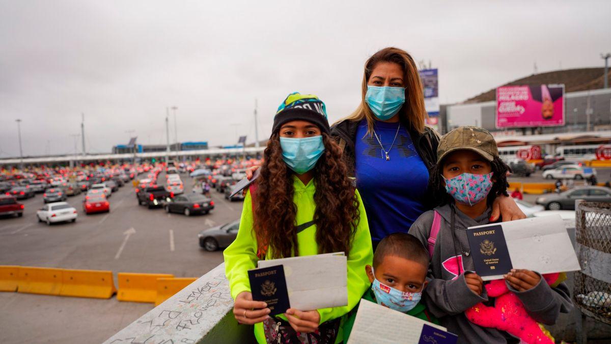 """Regresan las niñas estadounidenses que la """"Migra"""" expulsó a México"""
