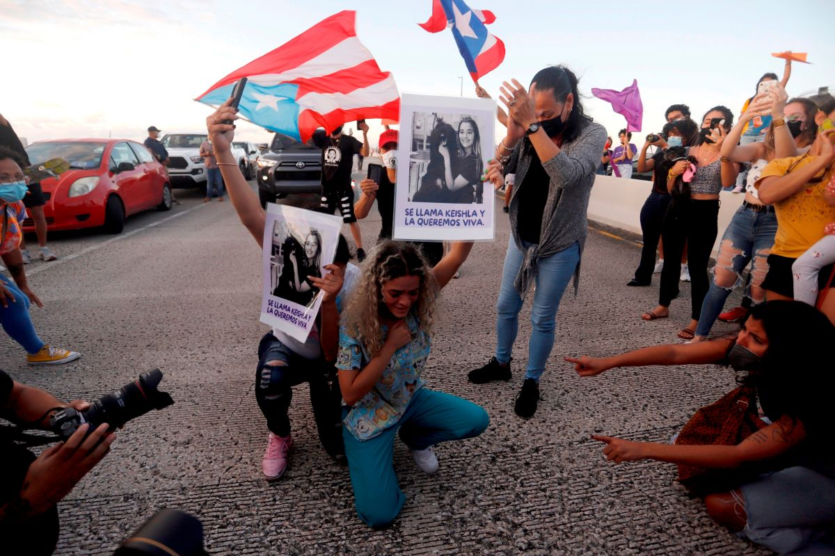 Bereliz Nichole (c), hermana de la joven Keishla Rodríguez, asesinada en Puerto Rico supuestamente a manos del boxeador Félix Verdejo, en una manifestación contra la violencia de género por el puente donde lanzaron a la víctima.