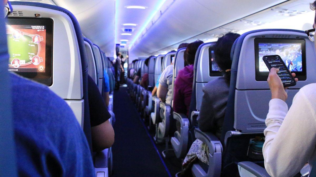 Multan a pasajero de un avión Delta con $52,000 por intentar abrir la puerta de la cabina y golpear a un asistente