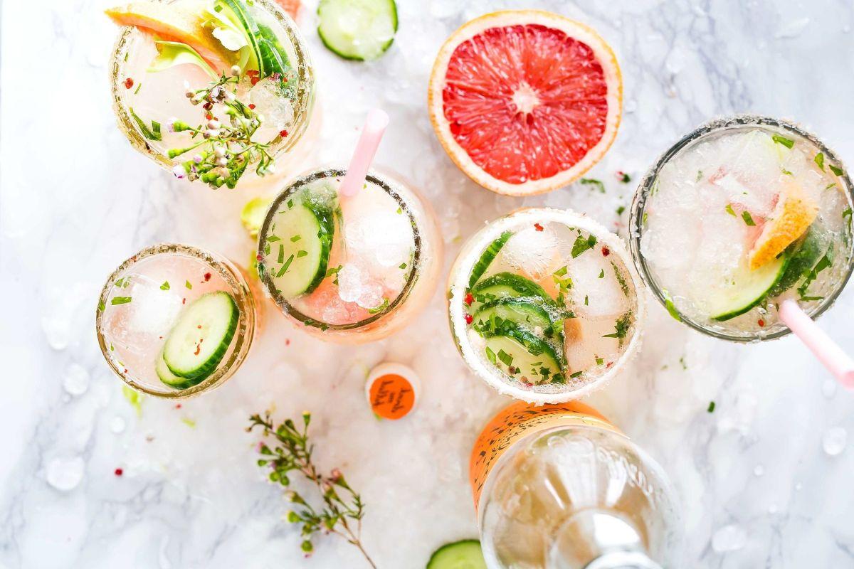 La paloma es una bebida tradicional mexicana, que se elabora con tequila, toronja, lima, sirope de agave y mucho hielo.