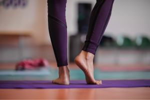 Cómo realizar abdominales estando de pie