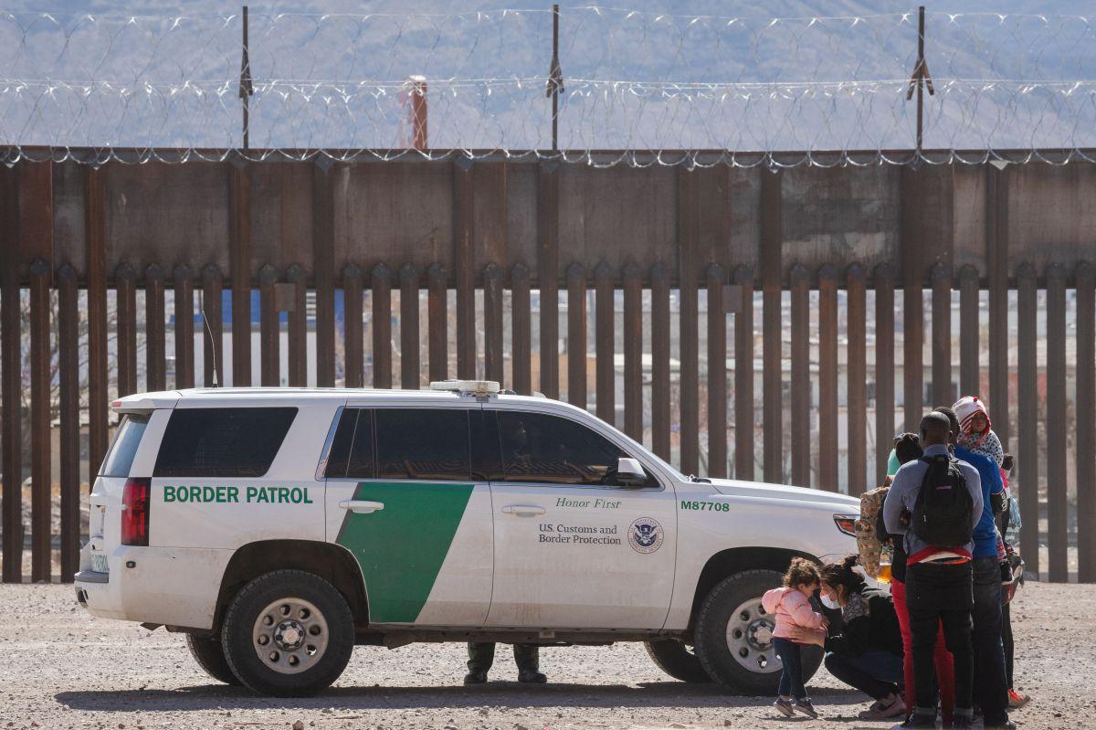 La patrulla fronteriza llamó a los bomberos y estos la ayudaron a descender.