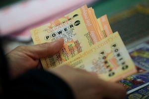 Se vuelve millonaria gracias a que compró billete de lotería de sorteo equivocado