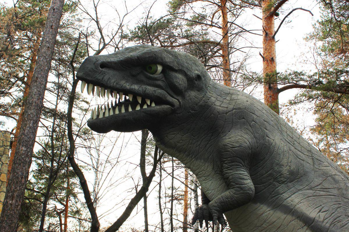 Hombre muere al quedar atrapado en estatua de dinosaurio