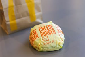 Demanda a McDonald's de Nueva Jersey al asegurar que le entregaron hamburguesa con heces