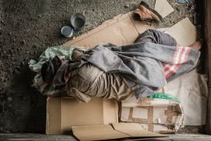 """Se vuelve viral """"habitación"""" de indigente bajo un puente por su orden y limpieza"""