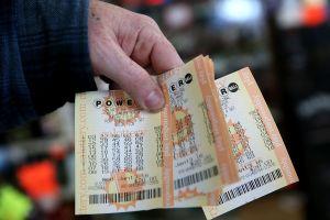 Gana $235 millones en la lotería pero decide seguir estudiando