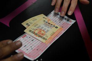 Se gana la lotería en Sudáfrica y usará el premio para darle una sepultura digna a sus familiares