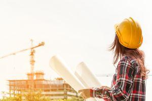 Migrante hondureña trabaja en la construcción en Estados Unidos para cumplir su sueño de ser fotógrafa