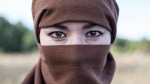 Condenan con 40 latigazos a mujer en Afganistán por hablar por teléfono con un hombre