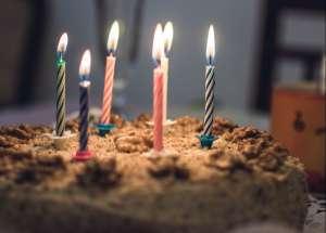 Causa indignación abuelita que fue empujada violentamente a un pastel