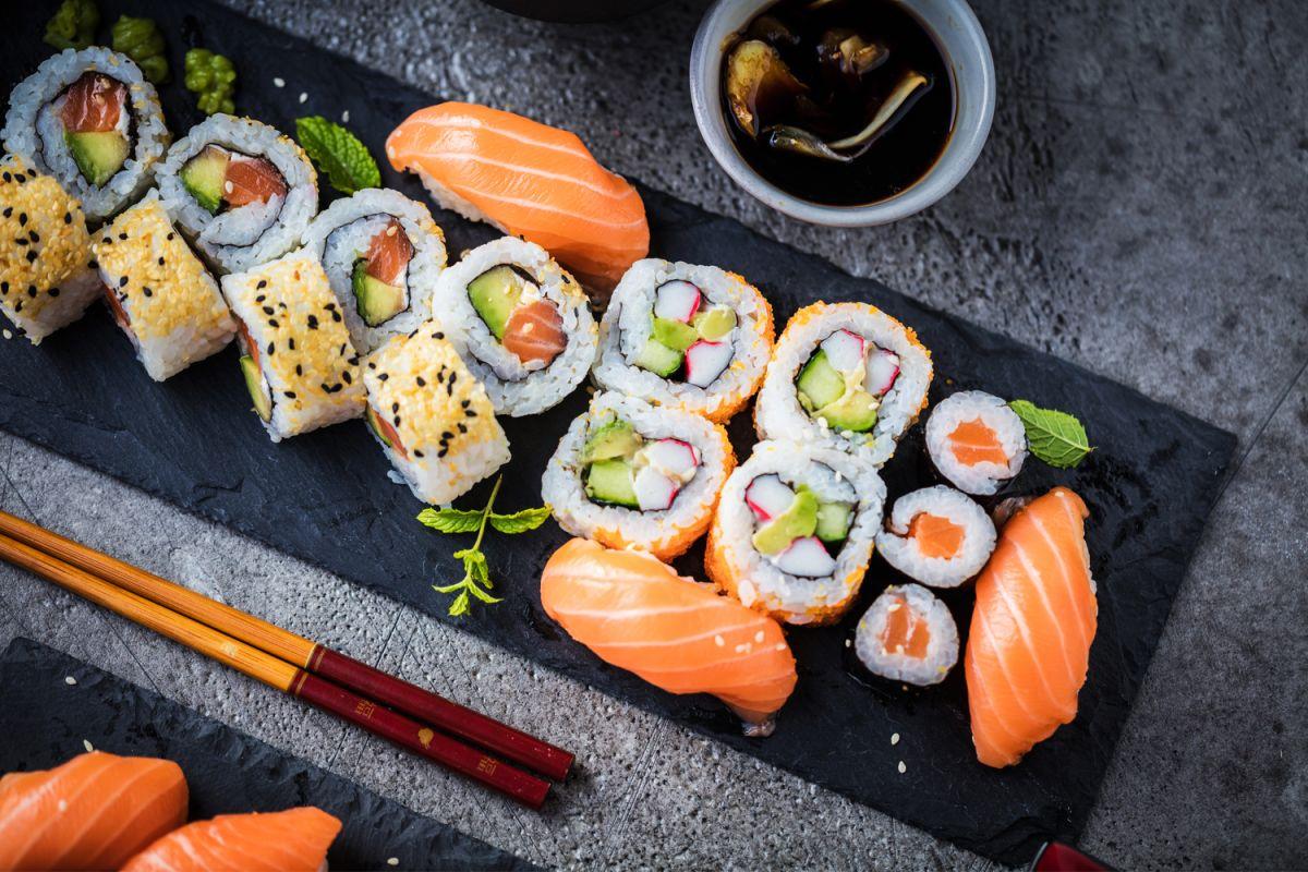 ¿Existe algún riesgo al comer salmón crudo?