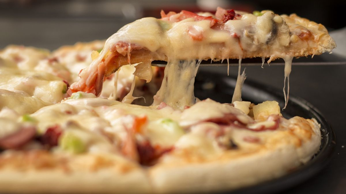 Sus compañeros de trabajo no la invitaban a comer pizza y juez ordena que la compensen con $32,000 por discriminación