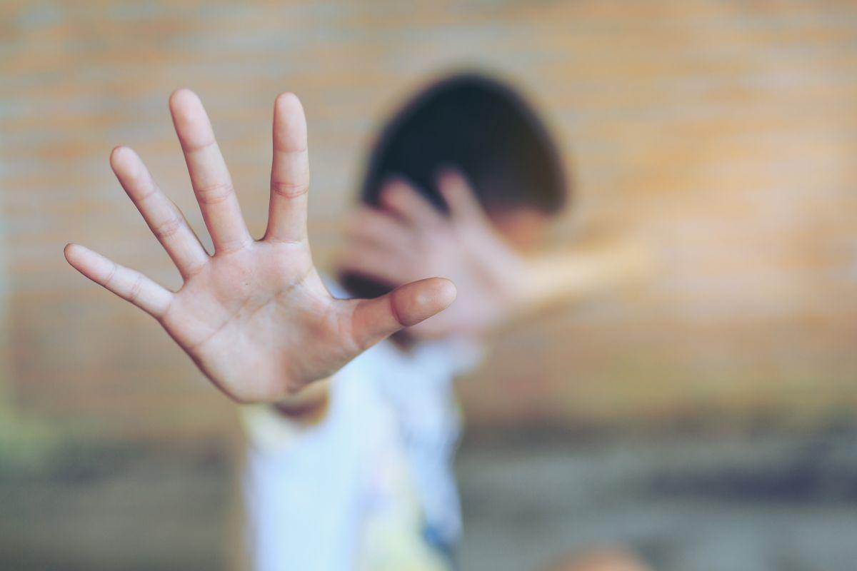 El joven insiste varias veces que su ex tiene una orden de restricción que no respeta.