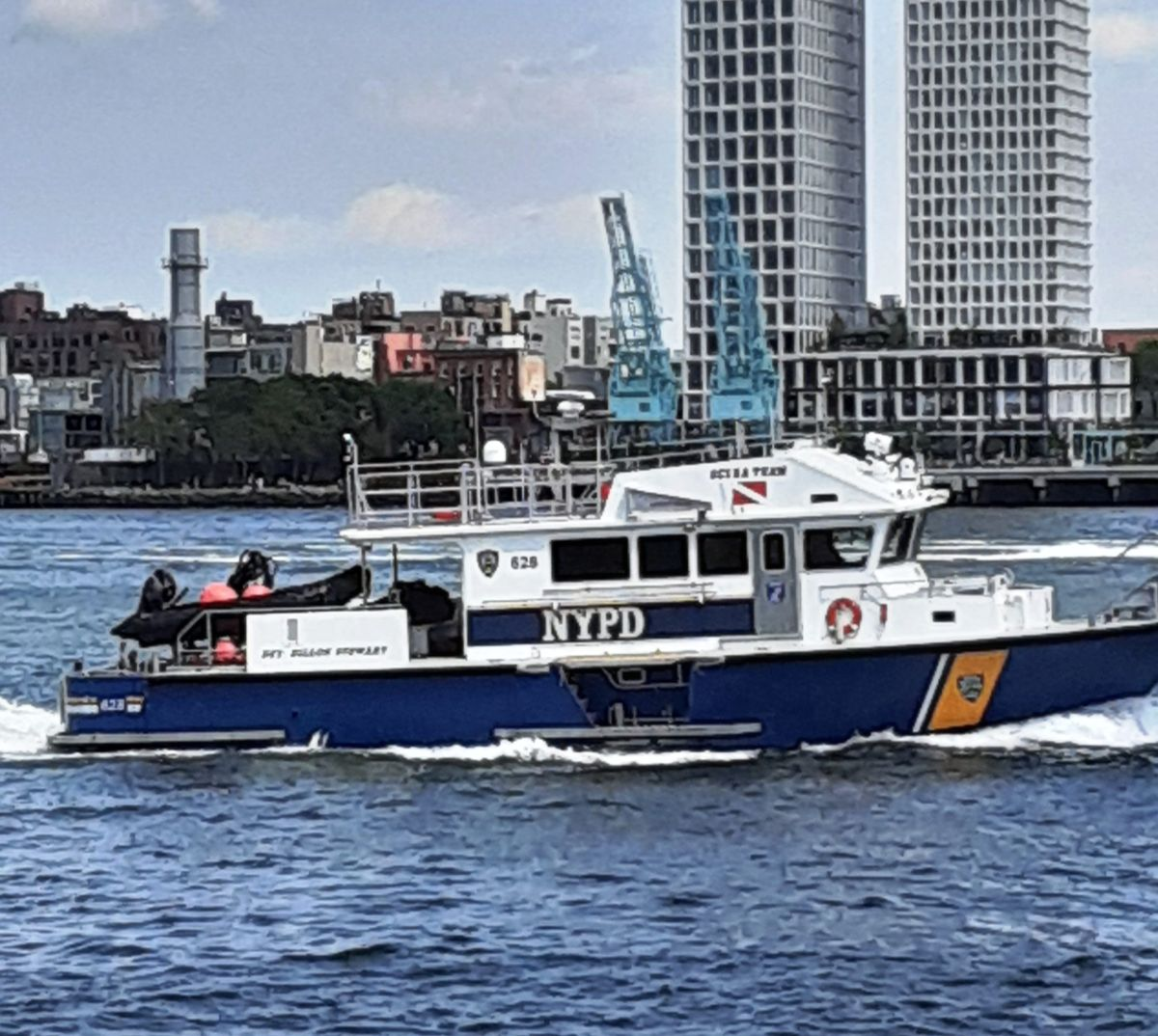 Hombre se ahogó rescatando una pelota del East River en Nueva York
