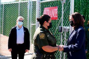 """Kamala Harris dice que ha estado """"muchas veces"""" por la frontera en primera visita oficial a esa zona por El Paso, Texas"""