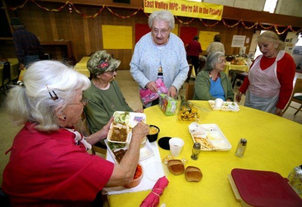 Los ancianos podrán volver a reunirse con sus amigos en los centros de sus vecindarios a partir del 14 de junio.