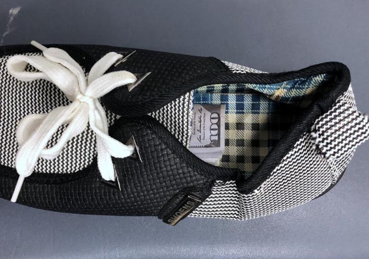 Los oficiales migratorios encontraron dinero dentro de zapatos.