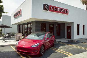 Chipotle regala Tesla Model 3 a sus clientes para promover su programa de recompensas