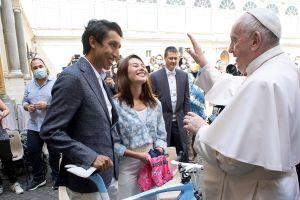 """Egan Bernal, tras conocer al Papa Francisco: """"Es más importante que ganar el Giro y el Tour"""""""