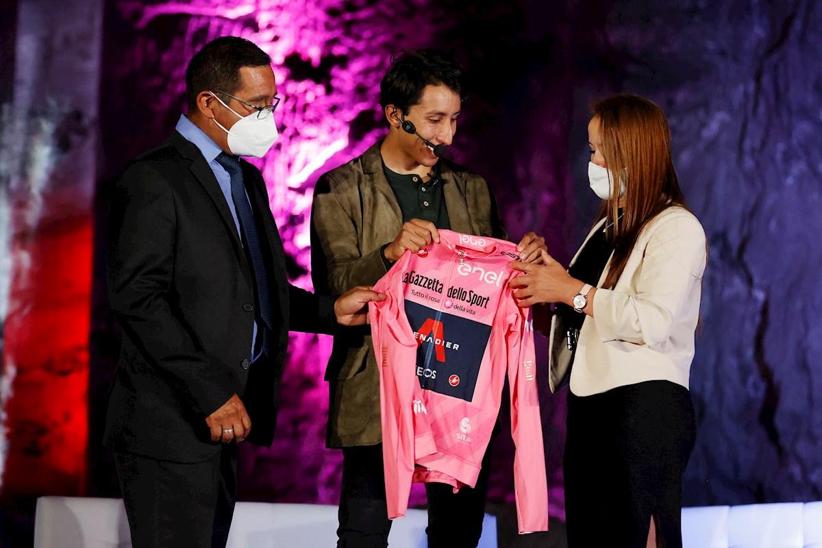 Pueblo de Egan Bernal se viste de rosa en homenaje al campeón del Giro de Italia