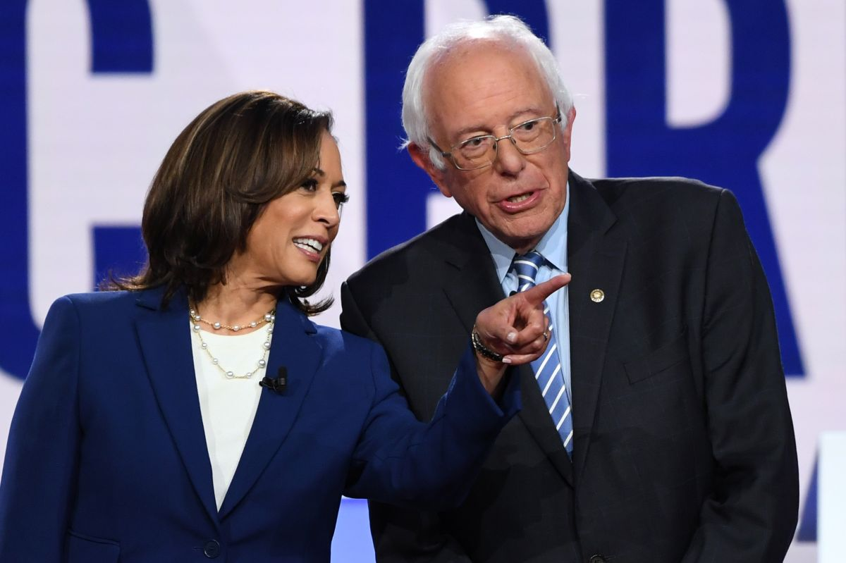 Kamala Harris (izquierda) presentó junto a Bernie Sanders (derecha) y Ed Markley, en mayo del año pasado, una legislación en el Senado para otorgar cheques mensuales de $2,000 a estadounidenses.