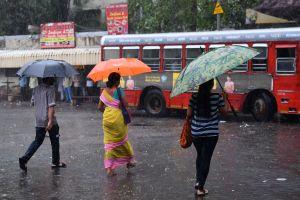 """Auto es """"tragado"""" por hoyo de agua en calle de India, y las imágenes se han vuelto virales"""