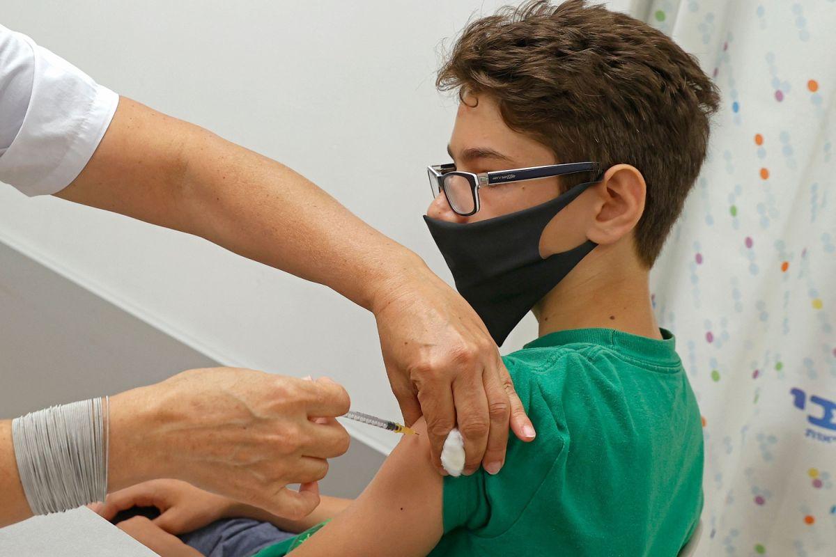 Hombres menores de 30 años más vulnerables a sufrir inflamación del corazón luego de vacunarse contra COVID