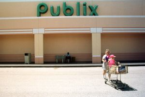 Tres muertos, entre ellos un niño, en tiroteo en un supermercado Publix de Florida