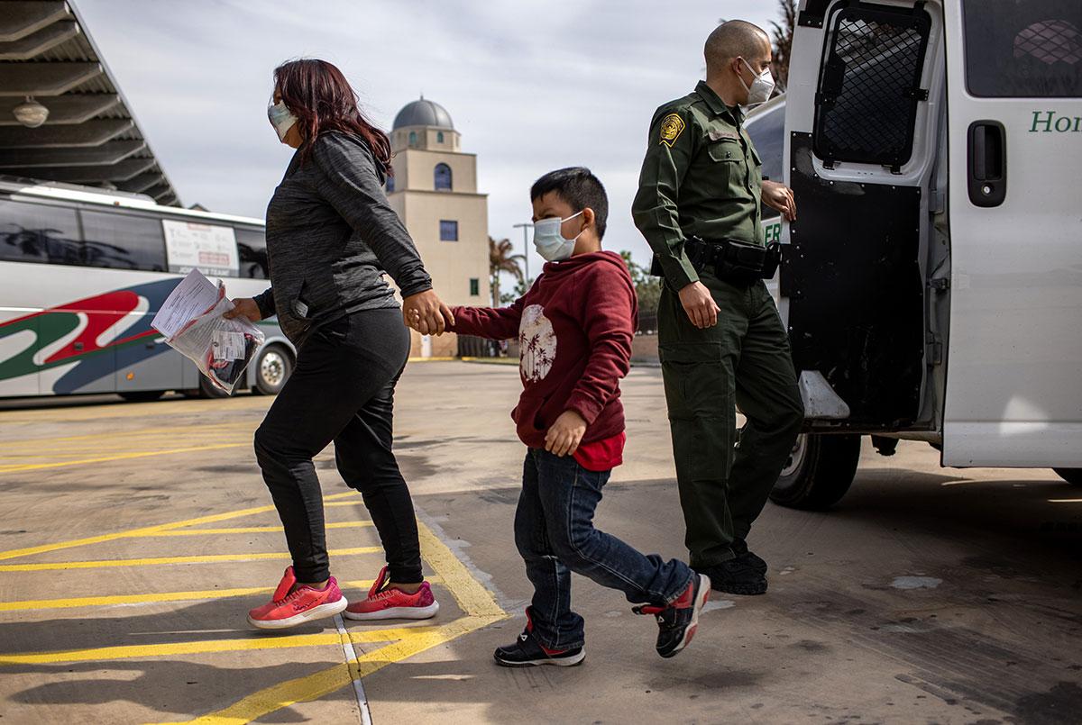 Fiscal general termina con una medida de Trump que limitaba el asilo a sobrevivientes de violencia de pandillas o abuso doméstico