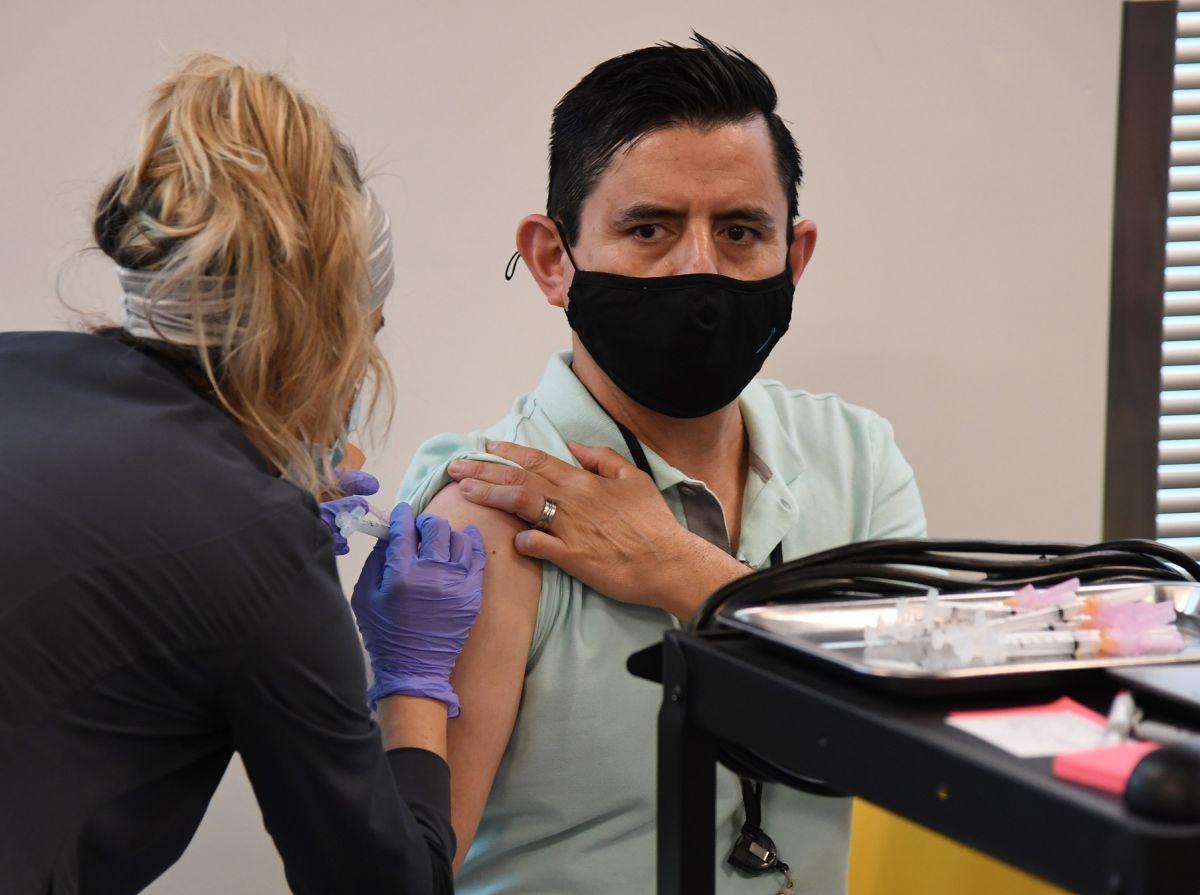 OMS advierte que personas vacunadas deben seguir usando mascarilla ante variante Delta de COVID-19