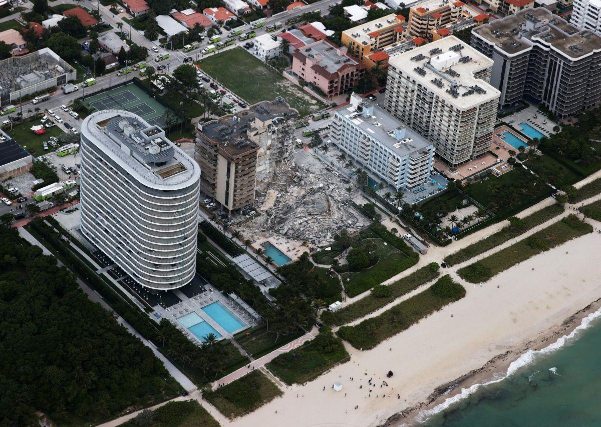 Imagen aérea del edificio colapsado en Surfside, del condado Miami-Dade, donde continúan las labores de búsqueda y rescate.