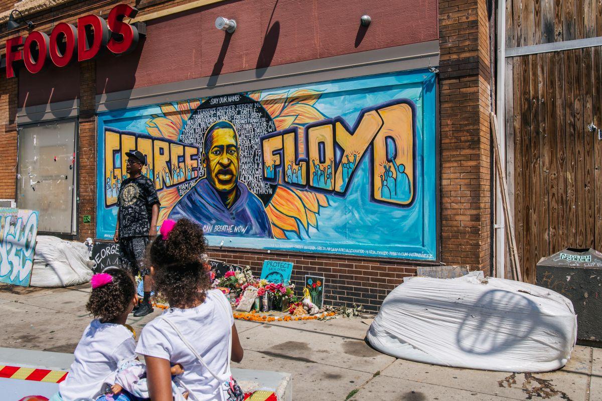Un mural en recordación de George Floyd en Minneapolis cerca de donde fue sometido mortalmente por el expolicía Derek Chauvin.