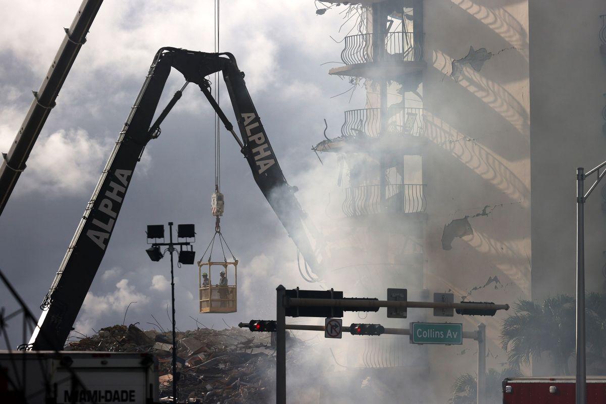 Las labores de búsqueda en la zona de Surfside, donde colapsó un edificio residencial el jueves, se han complicado debido a un fuego.