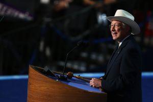 """Quién es Ken Salazar: el """"vaquero"""" que nominó Biden como embajador en México"""