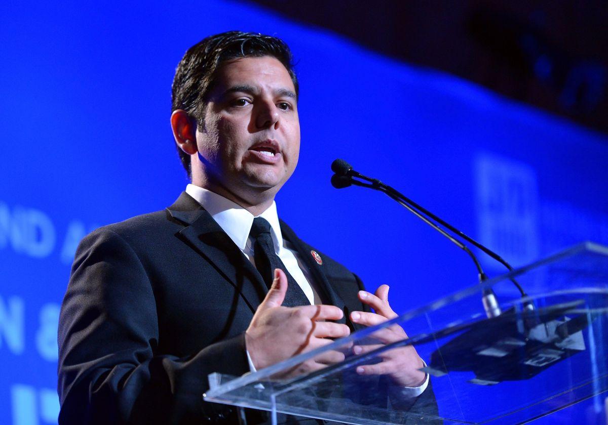 Demócrata Raúl Ruiz explica las 4 opciones migratorias en el Congreso que ayudarían a indocumentados (podcast)