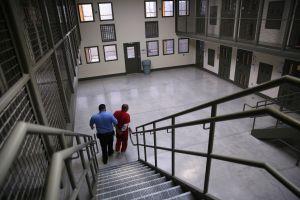 Juez anula juicio por pago de $1 dólar por día laboral a inmigrantes bajo custodia de ICE