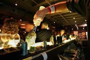 """Bartender"" salva a dos mujeres de un acosador en Florida con recibo de cuenta falso"
