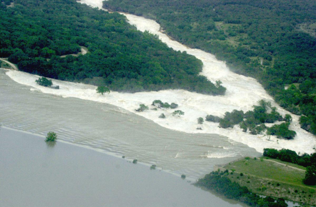 Padre hispano muere ahogado salvando a sus hijos en río de Texas; mujer de 22 años que se sumó al rescate tampoco sobrevivió
