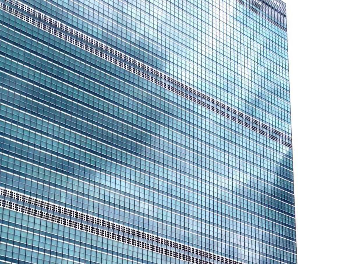 Ladrón terminó en el hospital tras robar vehículo diplomático y estrellarse contra 10 autos y restaurante cerca de la ONU en Nueva York