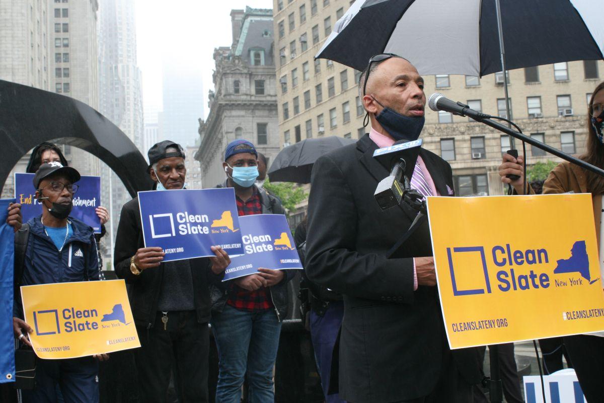 El activista puertorriqueño Victor Herrera se unió a una protesta a favor del 'Clean Slate' en el Bajo Manhattan.