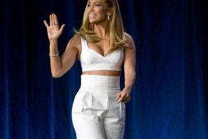 Jennifer Lopez presume su abdomen de acero con blusa cortica en Los Ángeles