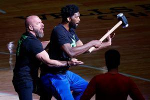 Fusión NBA-WWE: Joel Embiid salió al tabloncillo de Philadelphia junto a Triple H [Video]