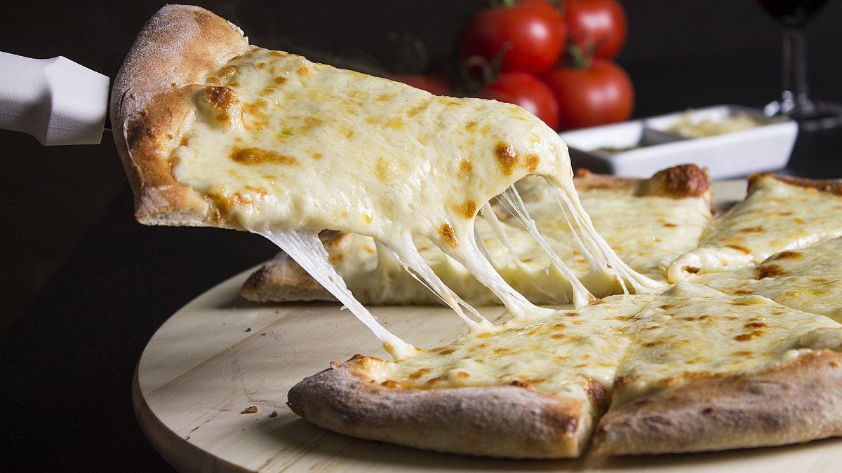 Un hombre logró convertirse en multimillonario vendiendo queso a Domino's, Pizza Hut y Papa John's