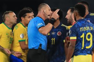 La Federación Colombiana de Fútbol exige sanciones para Pitana y su equipo arbitral