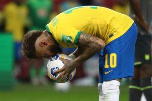 Neymar besó el balón y se puso a 13 goles de ser el máximo goleador de la Selección de Brasil